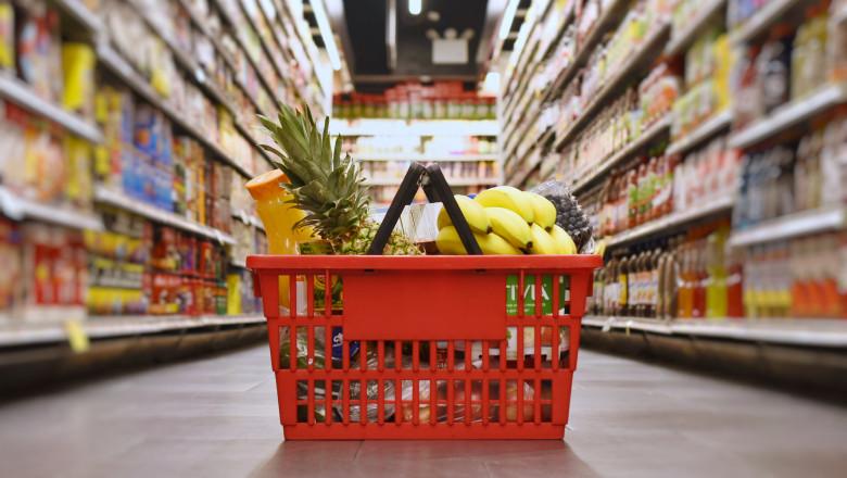 Coş de cumpărături cu alimente în supermarket