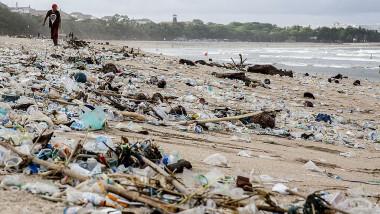 Imagini dezolante. Plajele din Bali sunt acoperite de tone de deșeuri din plastic