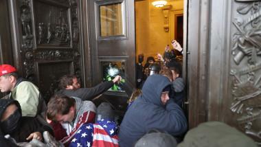 Manifestanții pro-Trump încercând să intre în clădirea Capitoliului. Foto: GettyImages