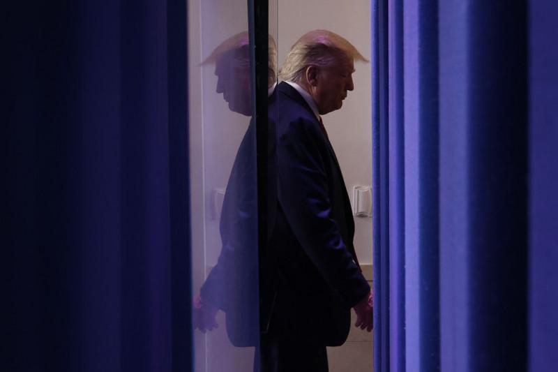 Donald Trump în Casa Albă, imagine reflectată în oglindă