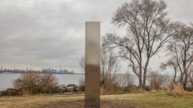 monolit misterios din metal apărut în Toronto, Canada