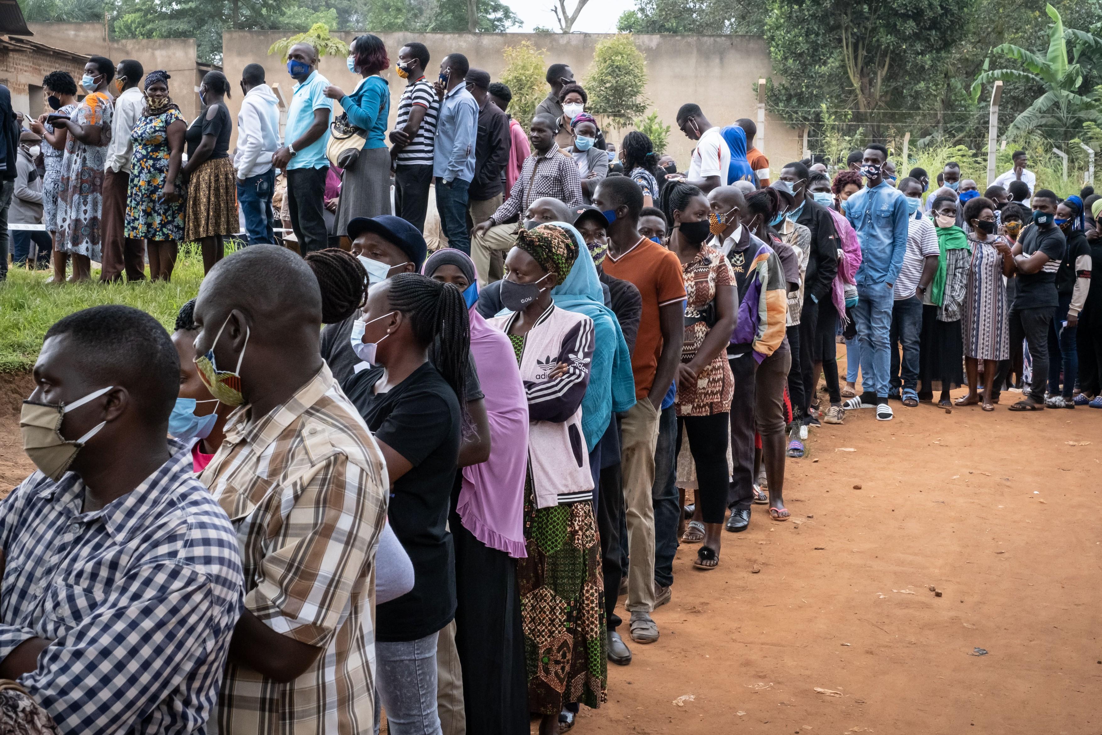 Cozi imense la prezidențialele din Uganda. Liderul țării timp de 40 de ani, Museveni, înfruntă o vedetă pop