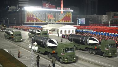 Coreea de Nord a prezentat într-o paradă militară vineri la Phenian o rachetă balistică care poate fi lansată de pe un submarin