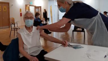 Emily Lawson, supravieţuitoare a gripei spaniole, vaccinată anti-Covid.