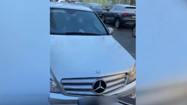 Un bărbat lovește intenționat cu mașina un cărucior în care se afla un copil