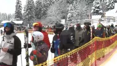 Sute de oameni așteaptă să urce în telegondolă, în Poiana Brașov