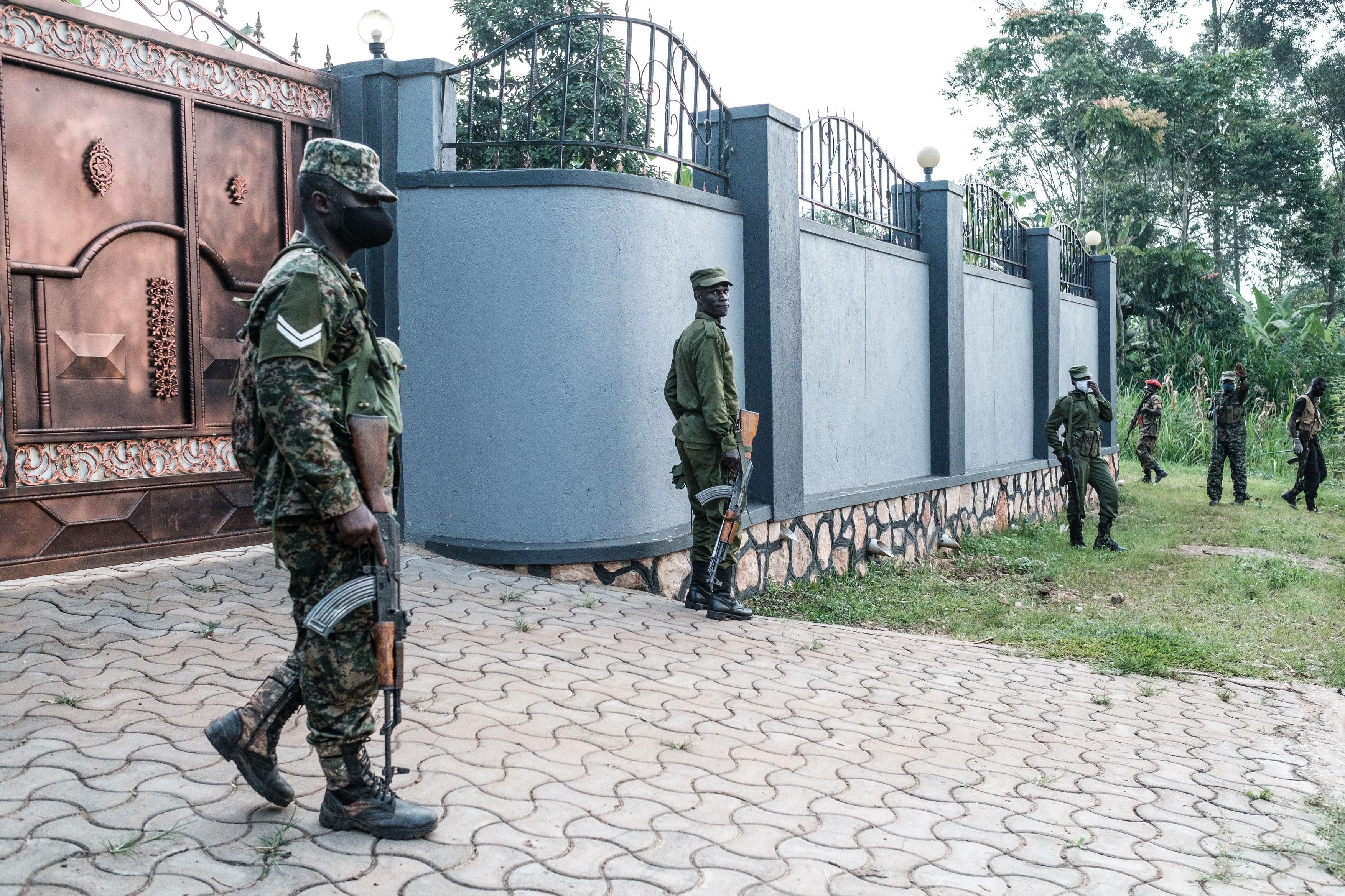 Contracandidatul președintelui Ugandei la alegeri spune că armata i-a luat sub asediu casa