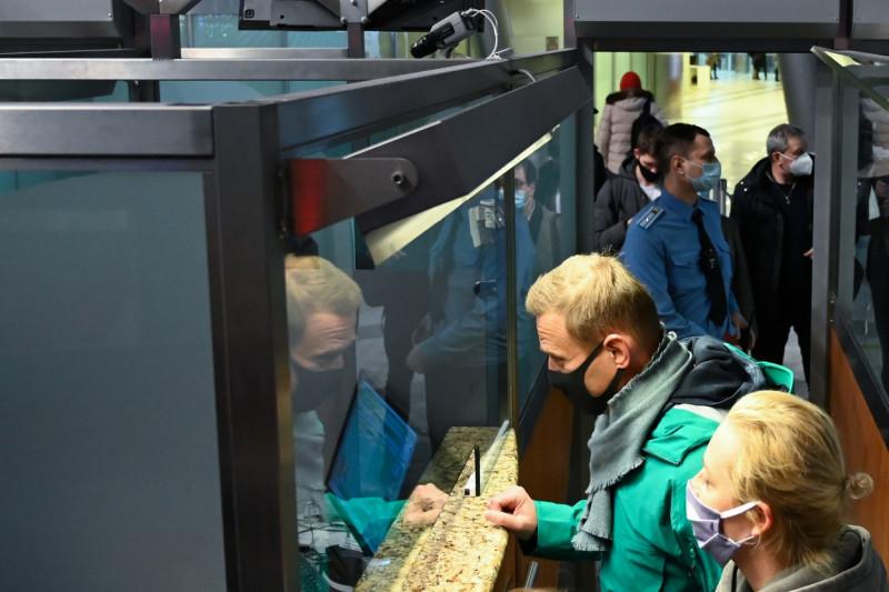 Navalnîi se prezintă la controlul pașapoartelor de pe aeroportul Șeremetievo. La scurt timp va fi arestat Foto: Profimedia