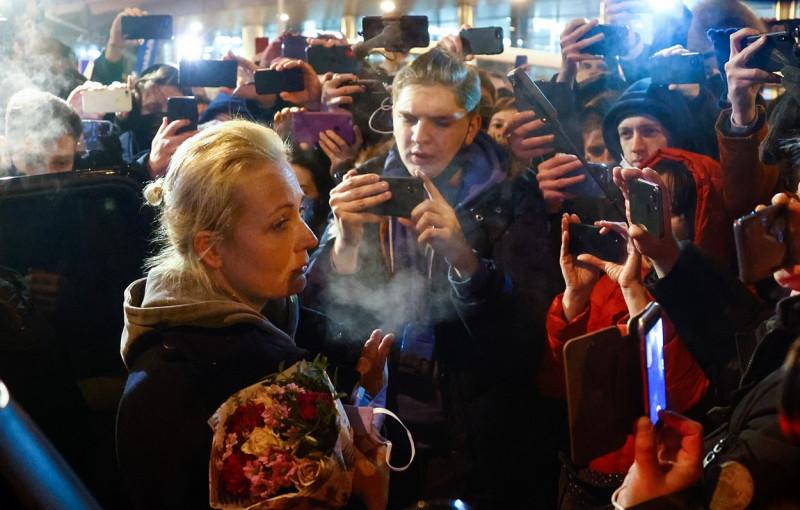 Iulia Navalnîi, pe aeroport, întâmpinată de oameni, după arestarea soțului ei Foto: Profimedia