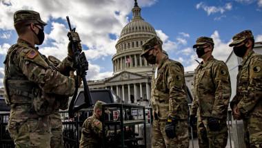 Militari din Garda Națională a SUA aflați lângă Capitoliu primesc arme de asalt și muniție de război