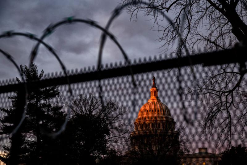 Gard de sârmă ghimpată ridicat în jurul Capitoliului SUA înainte de învestirea lui Joe Biden în funcția de președinte al SUA