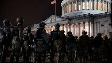Membri ai Gărzii Naţionale în faţa Capitoliulu SUA.