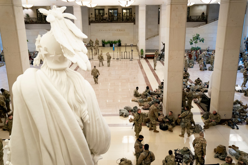 Membri ai Gărzii Naţionale dorm în holul Capitoliului SUA