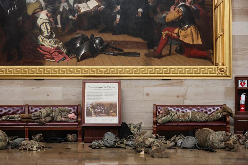 Militari ai Gărzii Naţionale dorm în Rotonda Capitoliului SUA