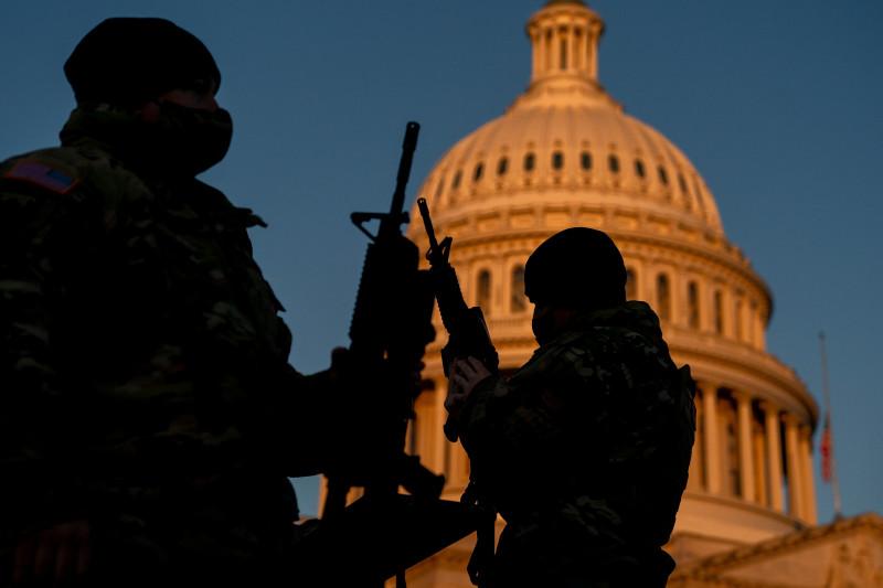 Arme de asalt distribuite militarilor Gărzii Naţionale a SUA în faţa Capitoliului.