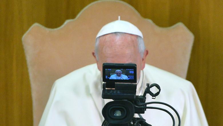 papa Francisc în faţa unei camere TV
