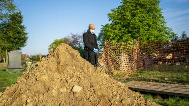 O femeie declarată moartă de Covid s-a întors acasă la 9 zile după înmormântare