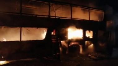 Un autocar cu 44 de pasageri a luat foc pe A1, aproape de Sibiu