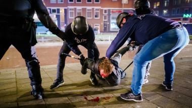 Încă o noapte cu proteste violente în 20 de oraşe din Olanda, din cauza restricţiilor