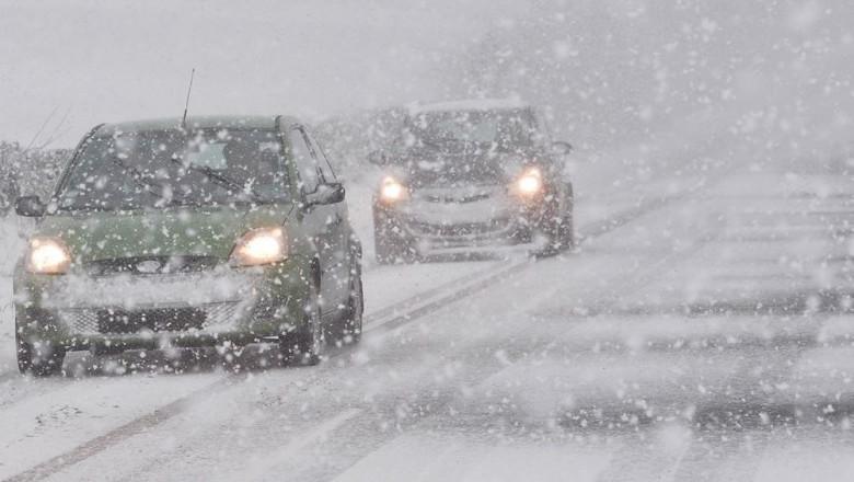 masini care inainteaza pe ninsoare abundenta