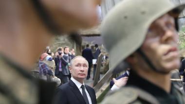 Vladimir Putin între figurile de ceară ale doi militari naziști într-o vizită la o expoziție despre asediul Leningradului din cel De-al Doilea Război Mondial