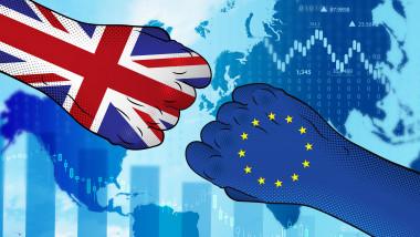 un pumn cu steagul marii britanii se îndreapta catre un pumn cu steagul uniunii europene