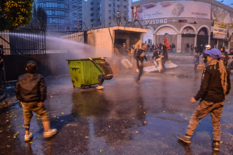 Politia reacționează cu tunuri de apă contra protestatarilor din Beirut.