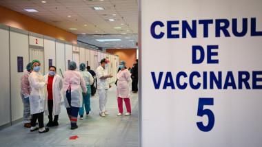 Centru de vaccinare anti-COVID în Bucureşti, asistente si o plansa in prim plan pe care scrie centrul de vaccinare numarul 5