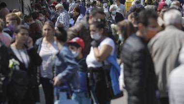 oameni-pe-strada-masti-sanitare-bucuresti-coronavirus-inquam-ganea-12