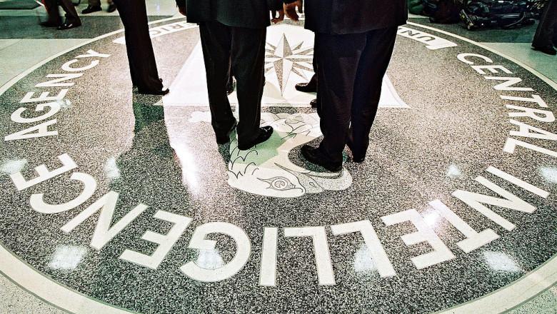 picioare ale unor siluete neidentificate pe sigiliul CIA de la intrarea în sediul Agenţiei Centrale de Informaţii a SUA