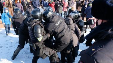 Poliţia arestează un demonstrant la protestele pro-Navalnîi din Habarovsk, Rusia.