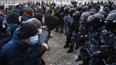 manifestanti rusi umar la umar in fata politistilor rusi pe strazile din moscova.