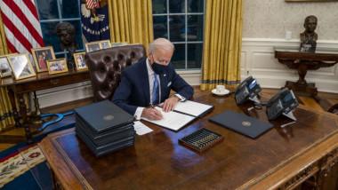 Joe Biden în Biroul Oval semnand un decret