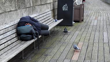om al strazii dormind pe o banca