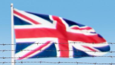 steag marea britanie in spatele sarmei ghimpate - getty
