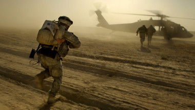 militari americani urcă într-un elicopter Black Hawk, în Afganistan, în cadrul misiunii NATO din această ţară
