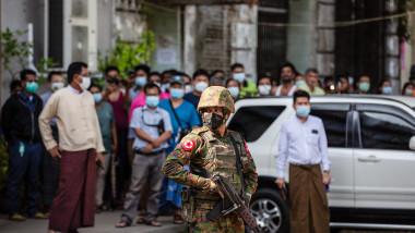 soldat care păzește un templu în myanmar după lovitura de stat