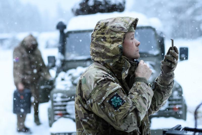 militar englez se bărbiereşte în cadrul unui exerciţiu NATO în Norvegia, 2018