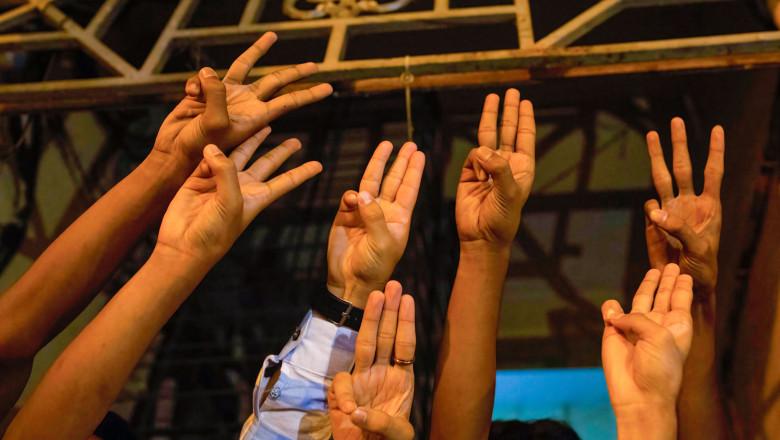"""Protestatari în Myanmar la o demonstrație de protest împotriva dictaturii militare arată salutul cu trei degete inspirat din filmul """"Jocurile Foamei"""""""