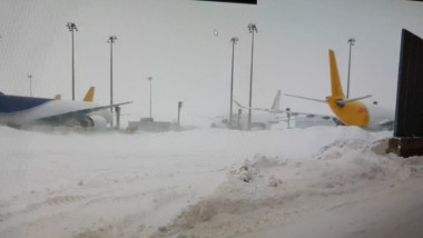 Avioane la sol din cauza zăpezii din Germania. Imagini de pe aeroportul din Leipzig.