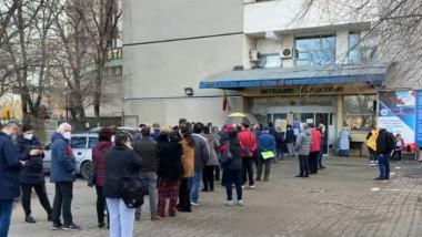 Coadă uriașă la centrul de vaccinare de la Spitalul Universitar din Capitală