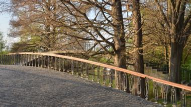 Pod într-un parc.