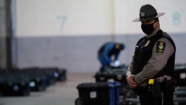 ofiter american cu uniforma si masca pe fata