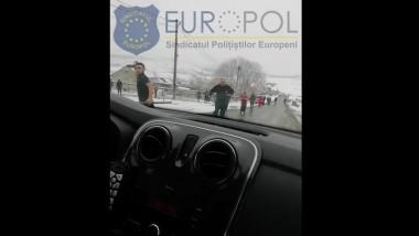 oameni atacand masina de politie