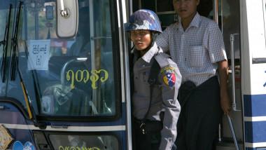 Myanmar, un politist si un pasager intr-un autobuz din capitala