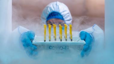 Cadru medical scoate doze de vaccin anti-COVID din frigider