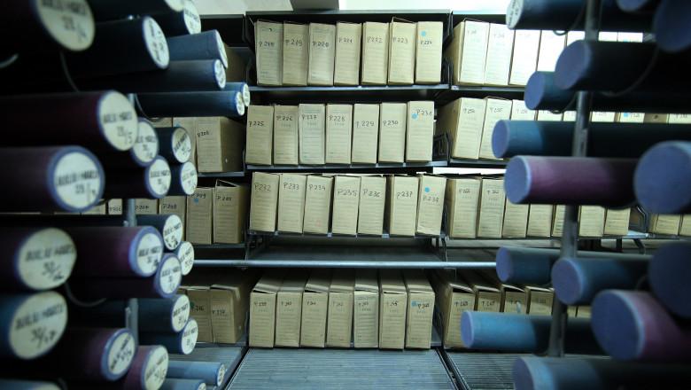 rafturi cu dosare si documente din arhiva