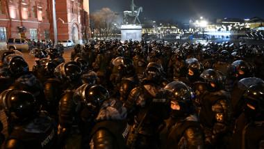 Trupe speciale ruse, echipate cu căști și armură în fața unui tribunal din Moscova