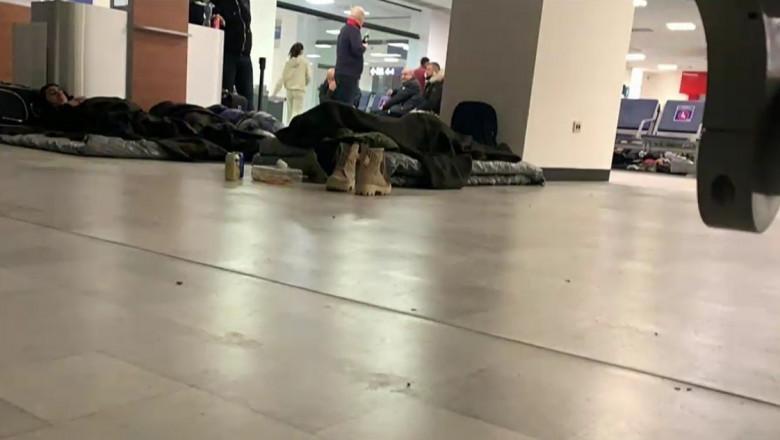 romani pe jos in aeroportul din cancun, mexic