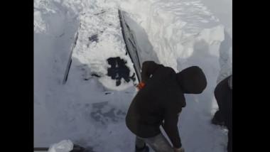 drumarii cauta cu lopetile masinile acoperite de zapada